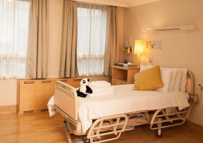 Sampanye tersedia secara bebas di Rumah Sakit Portland