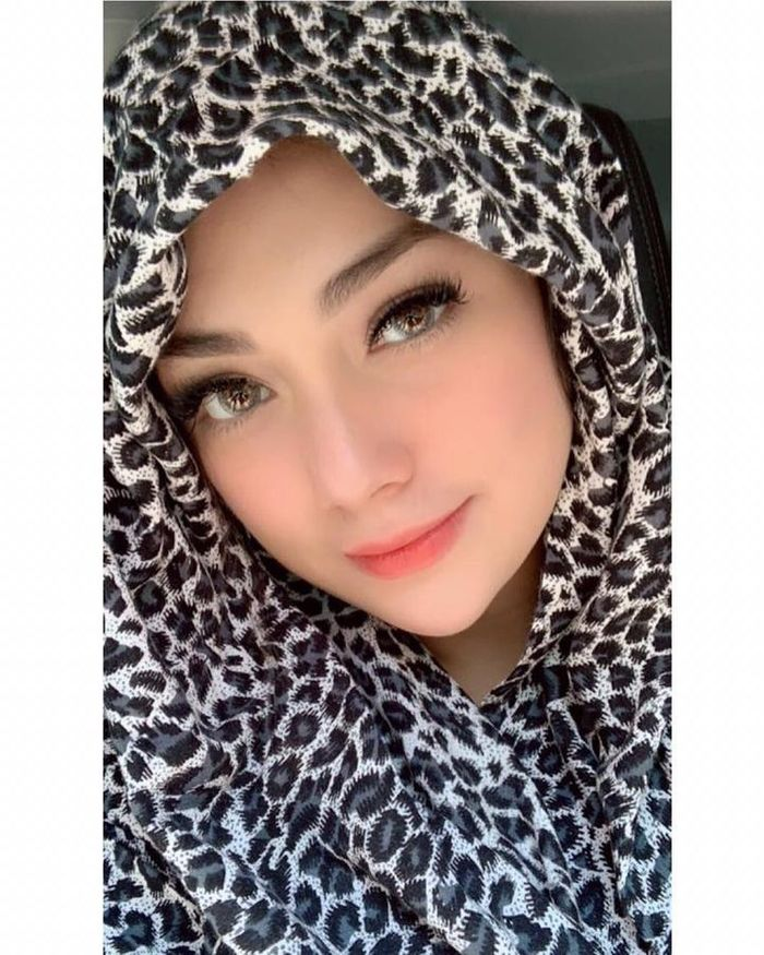 Nggak Cuma Sekali, Intip Deretan Potret Celine Evangelista Kenakan Hijab, Pertanda Mualaf? - Hijab Motif Macan Tutul