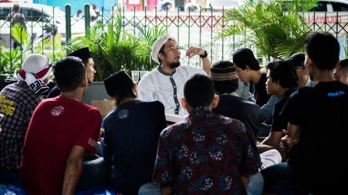Halim Ambiya (45) sedang berceramah di depan anak-anak punk dan jalanan dalam <a href='http://pekanbaru.tribunnews.com/tag/tasawuf-underground' title='Tasawuf&nbsp;Underground'>Tasawuf&nbsp;Underground</a> di Tebet, Jakarta Selatan, Sabtu (23/3/2019)