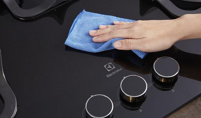 Material kompor dari kaca tahan panas, benturan, dan goresan.