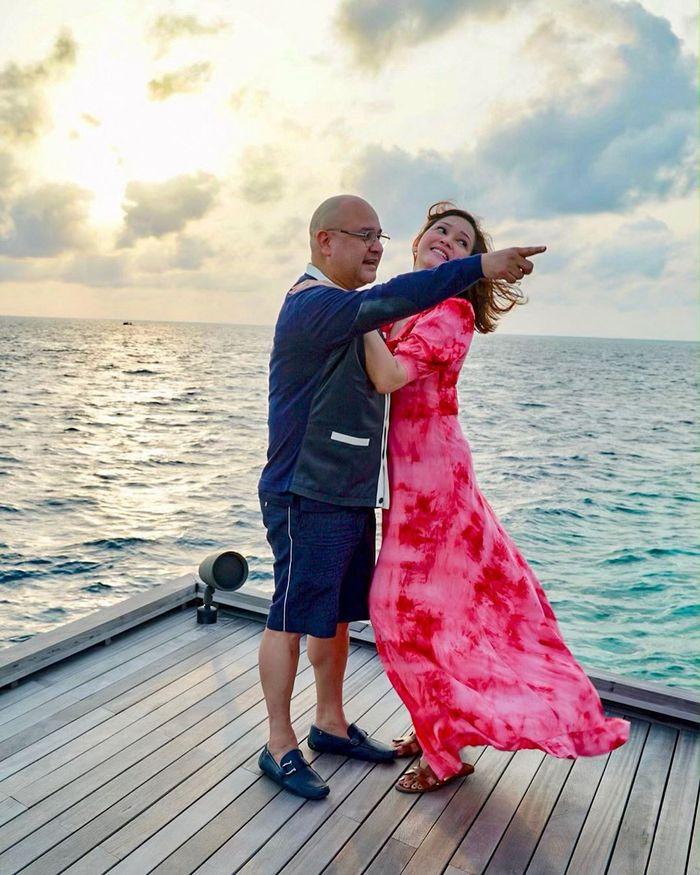 Penampilan Maia Estianty yang santai dan cocok menawan di tepi Samudera Hindia.