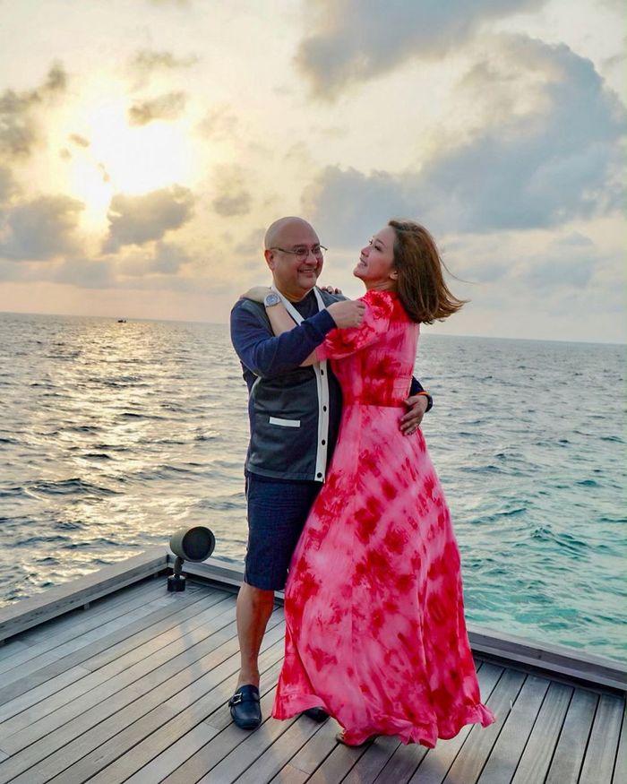 Kemesraan Maia Estianty dan Irwan Mussry saat menikmati semilirnya angin Samudera Hindia.