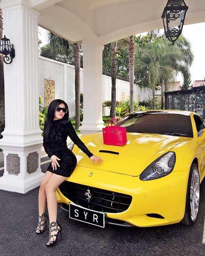 Mengenang Foto Jadul Seksi Syahrini di Depan Mobil Sport dengan Sepaket Fashion Item Mewah!