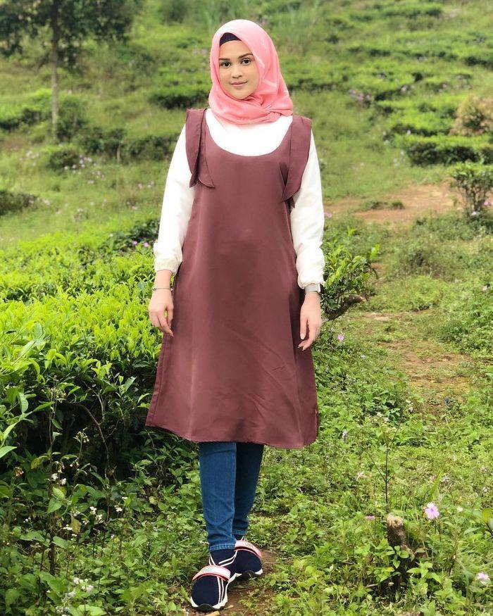 Fashion Cut Meyriska dengan hijab pink