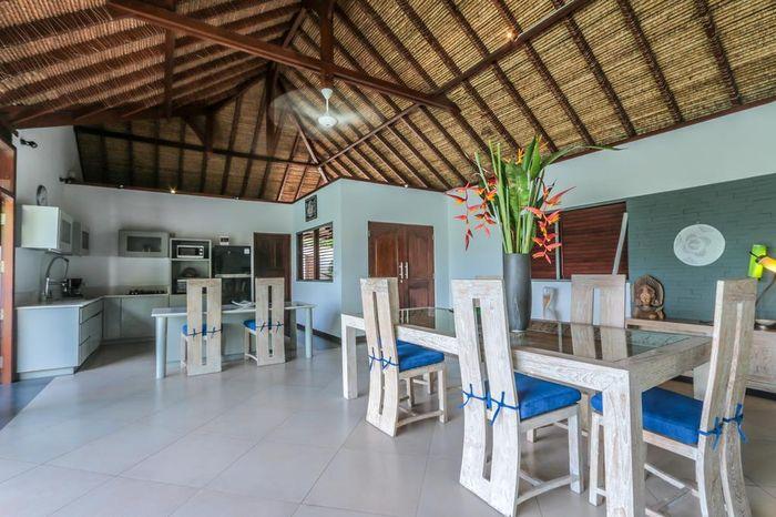 Ruang Makan dan Dapur vila Luna Maya