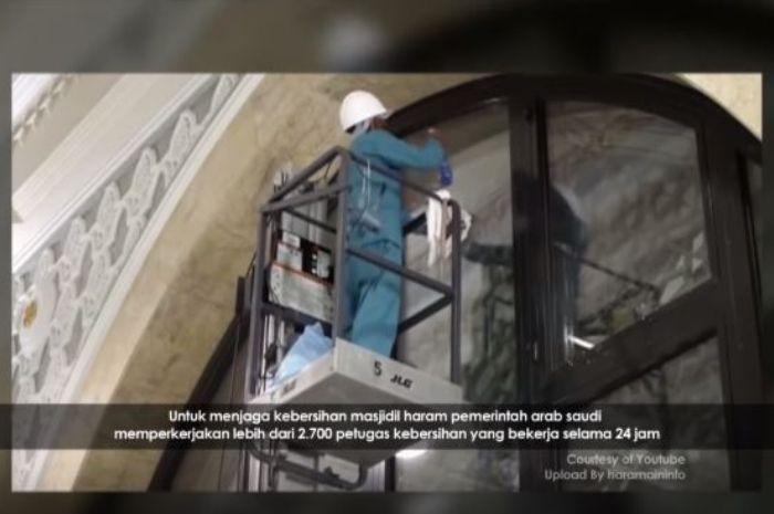 Proses pembersihan Masjidil Haram