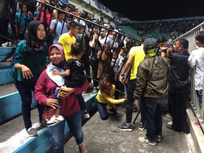 Suporter PSS Sleman di tribun VIP menjauhi lokasi kerusuhan dalam laga pertama Liga 1 2019, Rabu (15/5/2019) di Yogyakarta.