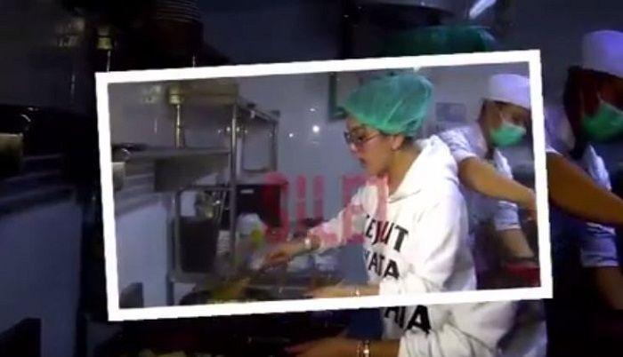 Syahrini sedang <a href='https://pontianak.tribunnews.com/tag/memasak' title='memasak'>memasak</a> nasi goreng untuk <a href='https://pontianak.tribunnews.com/tag/reino-barack' title='ReinoBarack'>ReinoBarack</a>