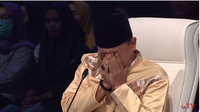 Ustaz Zacky Mirza menangis hingga menutup mata usai mendengar suara Nino yang mirip Uje