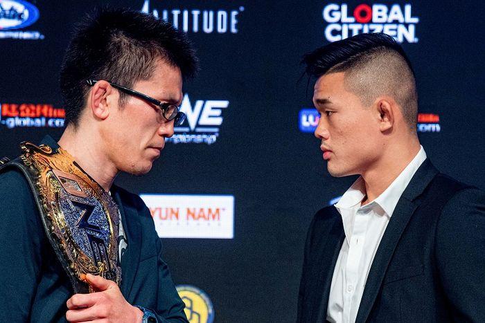 Atlet ONE Championship asal Jepang, Shinya Aoki (kiri), berpose dengan petarung dari Singapura, Christian Lee.