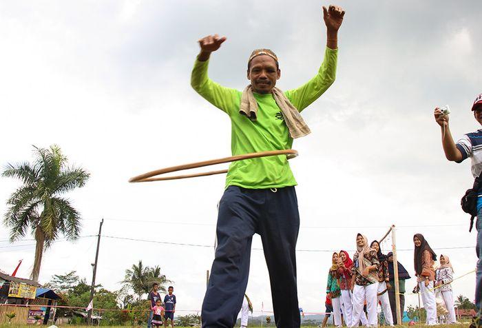 Sumanto (48) saat mengikuti lomba lari holahop dalam rangka menyambut HUT Ke-73 RI di lapangan Desa Bungkanel, Kecamatan Karanganyar, Purbalingga, Jawa Tengah, Minggu (12/8/2018).