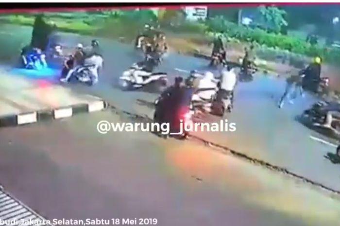 peristiwa penusukan peserta saur on the road oleh sekelompok geng motor.