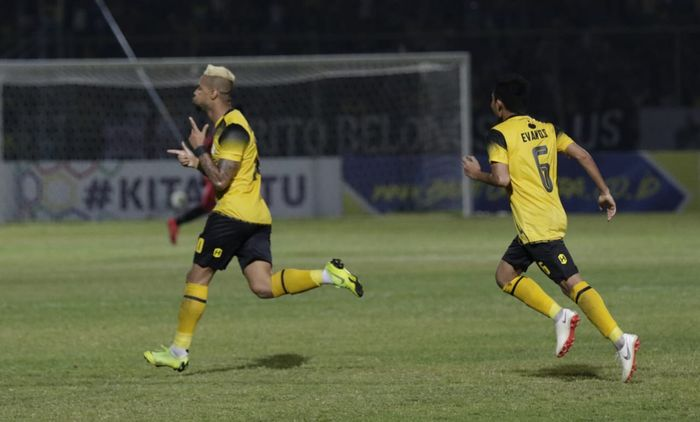 Selebrasi striker asing Barito Putera, Rafael Silva (kiri) yang dikejar Evan Dimas saat menyamakan skor 1-1 ketika menjamu Persija pada laga pekan pertama Liga 1 2019 di Stadion 17 Mei, Banjarmasin, 20 Mei 2019.