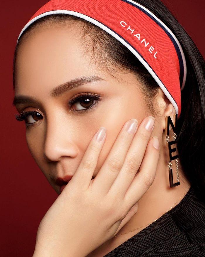 Penampilan cantik Nagita Slavina pakai bandana mewah dari brand Chanel