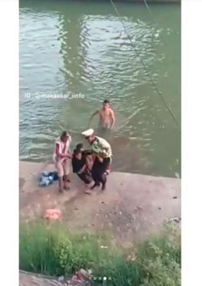 Bocah nekat lemas setelah ditolong oleh warga.
