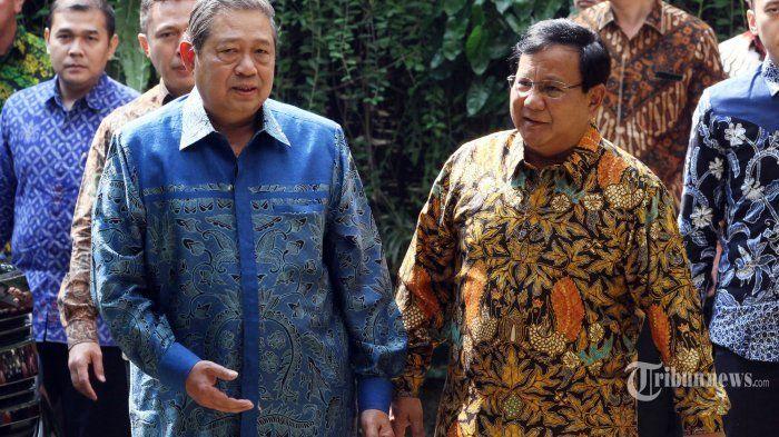 Ketua Umum Partai Gerindra Prabowo Subianto (kanan) bersama dengan Ketua Umum Partai Demokrat Susilo Bambang Yudhoyono (kiri)