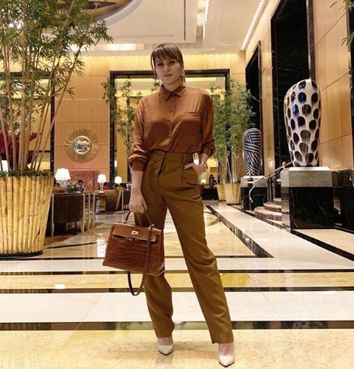 Olla Ramlan tampil stylish dengan setelan cokelat
