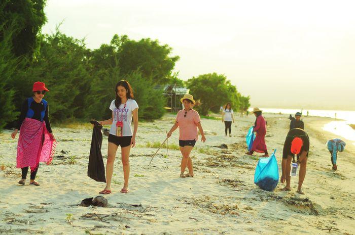 Traveling Bijak KGVC dan #SayaPilihBumi mengajak para peserta untuk lebih peduli lingkungan melalui perilaku bijak saat bepergian. Caranya meminimumkan sampah plastik, membuang sampah pada tempatnya, memilah sampah saat membuangnya serta menggunakan produk daur ulang.