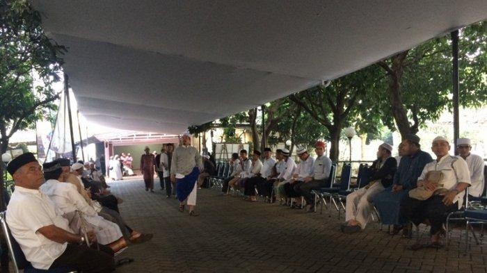 Para pelayat mulai berdatangan ke Masjid Az Zikra, Sentul, Babakan Madang, Kabupaten Bogor, Jawa Barat, Kamis (23/5/2019), sambil menantikan kedatangan jenazah Ustaz Arifin Ilham dari Penang, Malaysia.