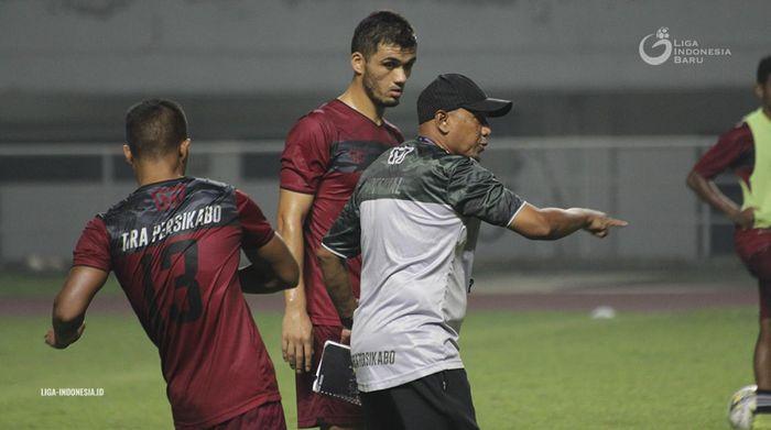 Pelatih Tira-Persikabo, Rahmad Darmawan, memberikan instruksi kepada pemainnya saat latihan dalam masa kompetisi Liga 1 2019.