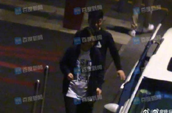 Wanita di mobil Darren Wang keluar.