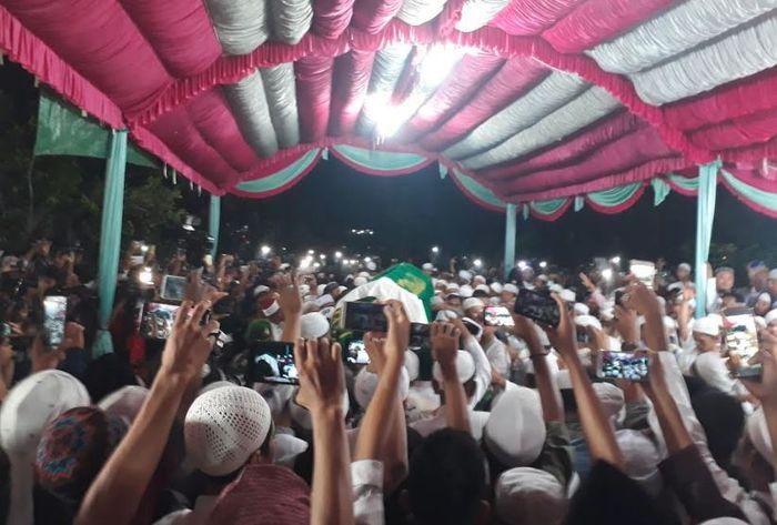 Ustaz Arifin Ilham dimakamkan di Halaman Masjid Az-zikra, komplek Pondok Pesanten Az-zikra, Gunung Sindur, Kabupaten Bogor, Jawa Barat, Kamis (23/5/2019).