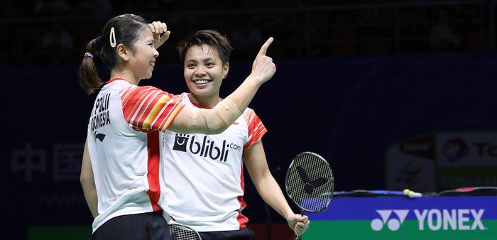 Pasangan ganda putri Indonesia, Greysia Polii/Apriyani Rahayu, bereaksi setelah memastikan Indonesia menyamakan kedudukan 2-2 melawan Taiwan pada perempat final Piala Sudirman 2019 di Guangxi Sports Center, Nanning, China, Jumat (24/5/2019).
