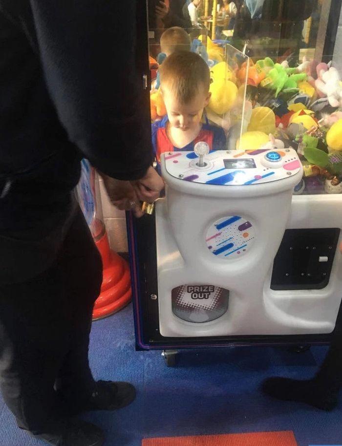 baru ditinggal beberapa menit, bocah 3 tahun terjebak di mesin permainan