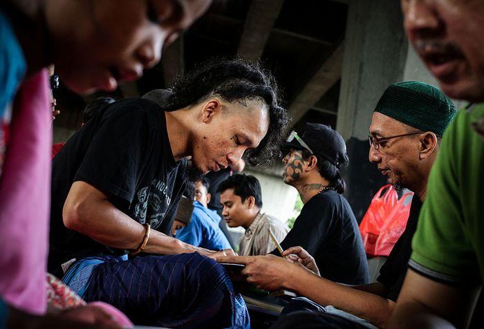 Foto dirilis Selasa (21/5/2019), menunjukkan anak punk mengikuti pengajian di kolong jembatan layang Tebet, Jakarta. Sebuah komunitas bernama Tasawuf Underground didirikan untuk merangkul dan mengenalkan kembali agama pada anak jalanan dan anak punk, serta membantu mengubah stigma masyarakat terhada