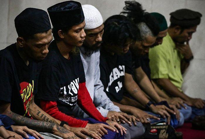 Foto dirilis Selasa (21/5/2019), menunjukkan sejumlah anak punk melaksanakan shalat di Tebet, Jakarta. Sebuah komunitas bernama Tasawuf Underground didirikan untuk merangkul dan mengenalkan kembali agama pada anak jalanan dan anak punk, serta membantu mengubah stigma masyarakat terhadap mereka.