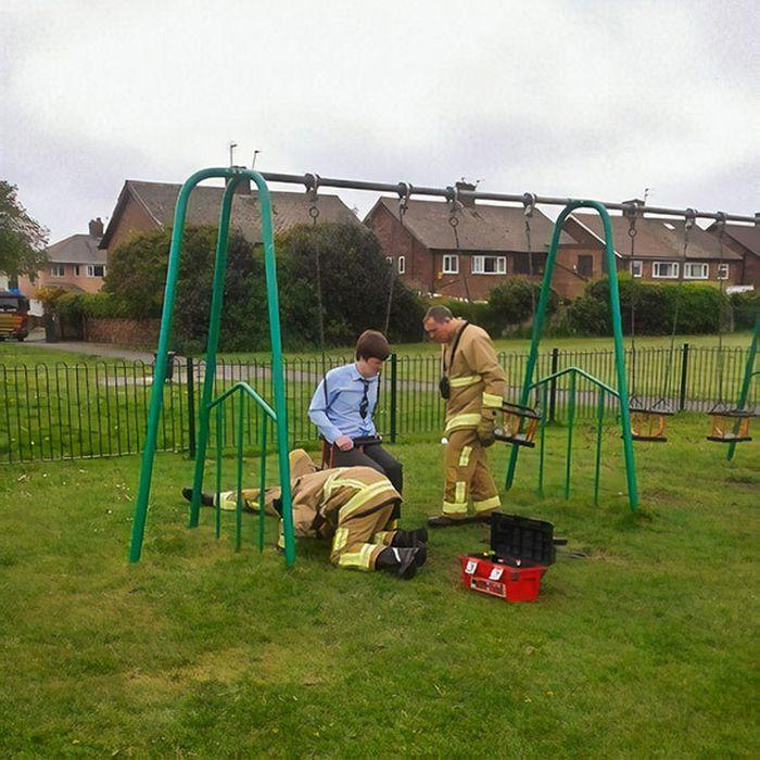 Momen kocak ketika orang dewasa kesangkut di taman bermain anak