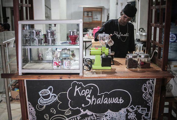 Foto dirilis Selasa (21/5/2019), menunjukkan seorang anak punk membuat kopi di Kedai 'Kopi Shalawat' di Ciputat, Tangerang Selatan. Sebuah komunitas bernama Tasawuf Underground didirikan untuk merangkul dan mengenalkan kembali agama pada anak jalanan dan anak punk, serta membantu mengubah stigma mas