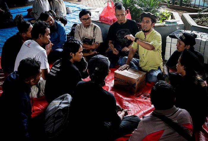 Foto dirilis Selasa (21/5/2019), menunjukkan Ustaz Halim Ambiya (kedua kanan) memberikan ceramah kepada sejumlah anak punk di kolong jembatan layang Tebet, Jakarta. Sebuah komunitas bernama Tasawuf Underground didirikan untuk merangkul dan mengenalkan kembali agama pada anak jalanan dan anak punk, s