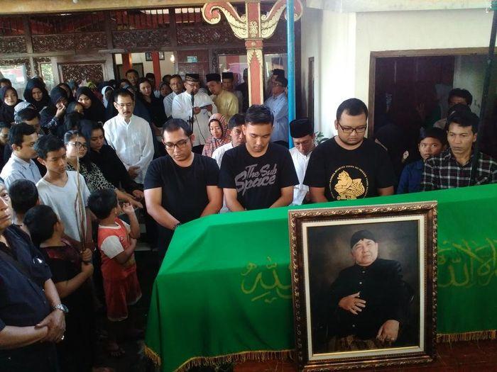 Suasana pemakaman ayah Mayangsari.