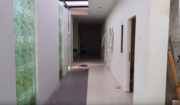 Tampilan lorong menuju ruang ART di rumah Bu Dendy