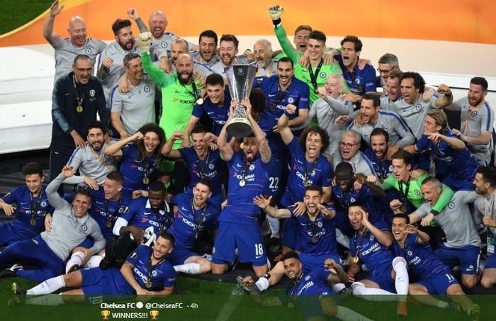 Para pemain Chelsea beserta jajaran staf pelatih larut dalam selebrasi juara usai tim mengalahkan Arsenal di partai final Liga Europa, Rabu (29/5/2018).