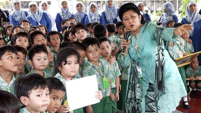 Ny Ani Bambang Yudhoyono, memberikan penjelasan tentang seluk beluk Istana Merdeka dan Istana Negara kepada 142 siswa TK Al-Azhar 1 yang datang berkunjung ke lingkungan Istana Kepresidenan, hari Kamis (16/3/2006).