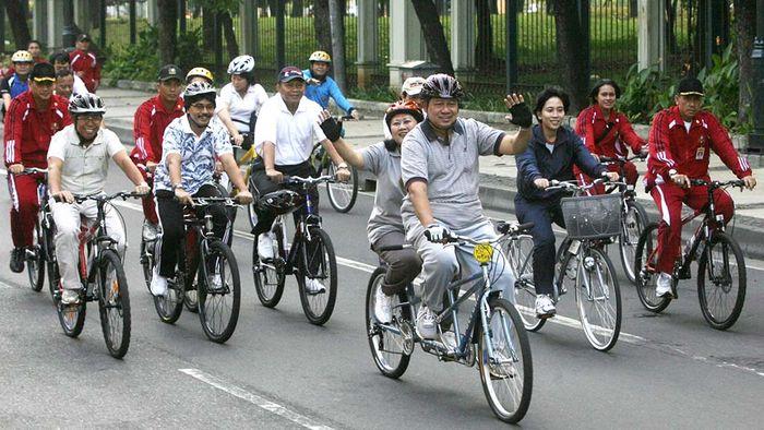 Presiden Susilo Bambang Yudhoyono berboncengan dengan Ny Ani Yudhoyono, bersepeda santai di Jalan protokol Medan Merdeka Barat, Jakarta, Jumat (20/6/2008) pagi.