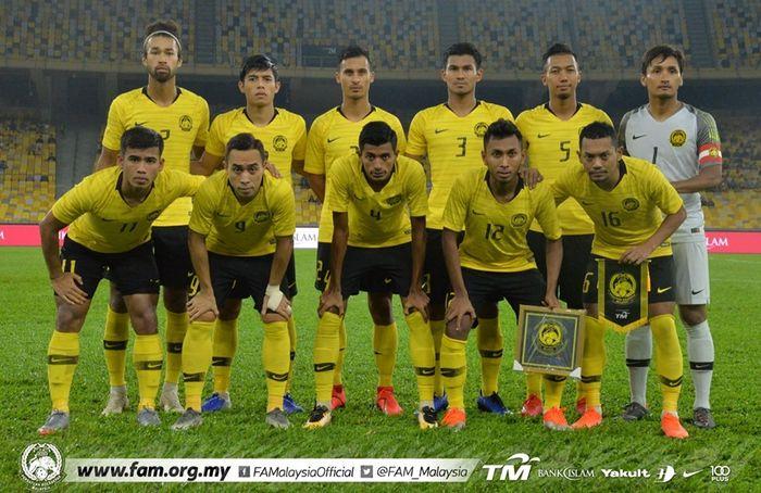 Para pemain timnas Malaysia berpose bersama sebelum menghadapi laga kontra timnas Nepal pada pertandingan uji coba internasional di Stadion Nasional Bukit Jalil, Kuala Lumpur, 2 Juni 2019.