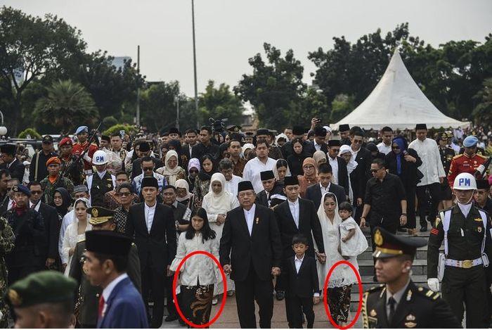 Kain batik pilihan Ani Yudhoyono tetap dipakai kedua menantu dan cucu saat momen pemakamannya