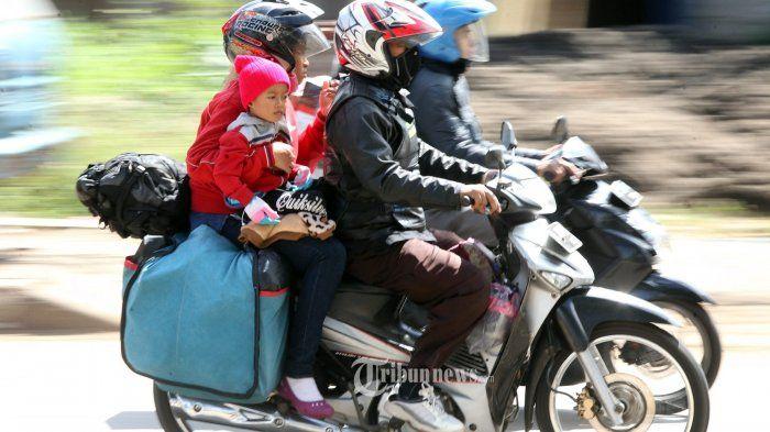 Pemudik menggunakan sepeda motor melintas di Jalan Soekarno Hatta, Kota Bandung, Senin (19/6/2017).