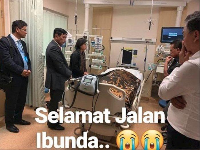 Kain batik pilihan Ani Yudhoyono digunakan untuk penutup jenazahnya
