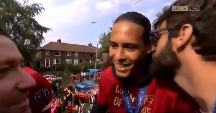 Bek tengah Liverpool FC, Virgil van Dijk, dicium kiper Alisson Becker