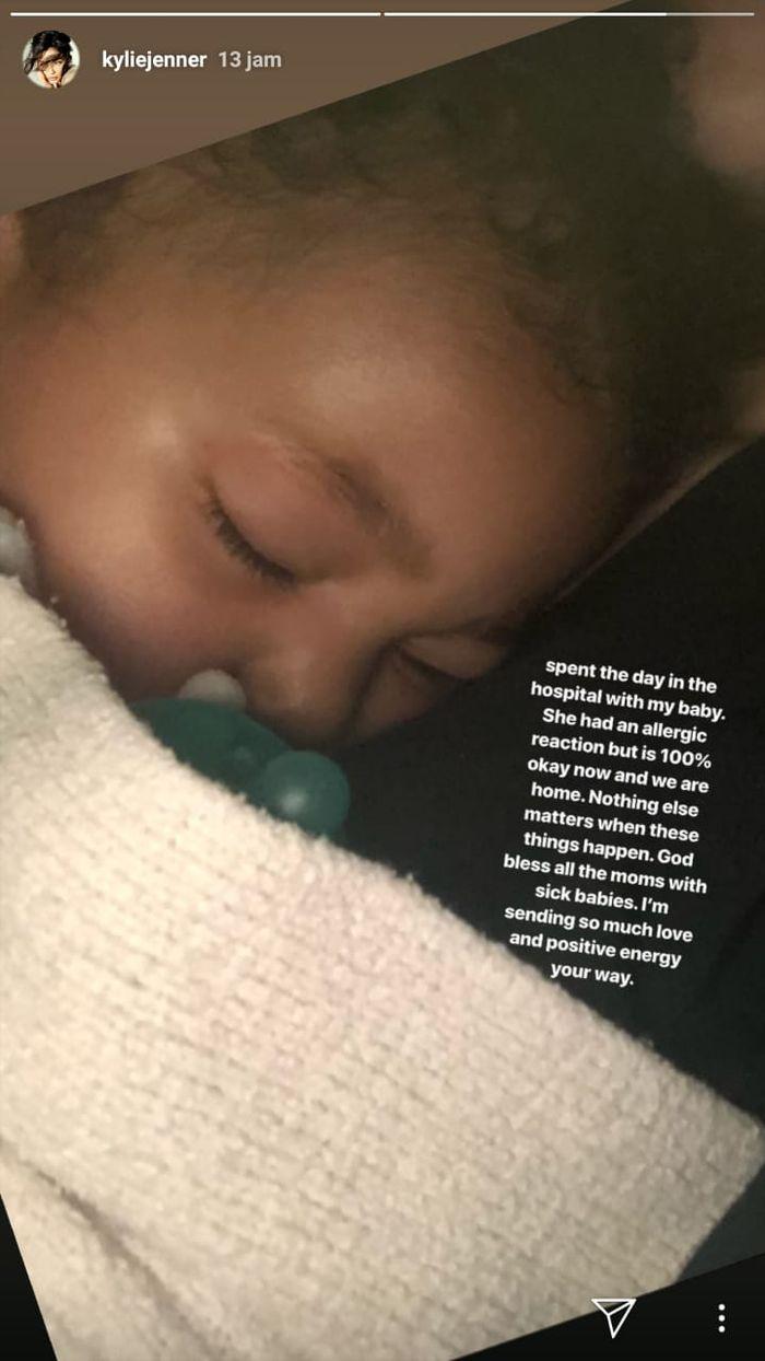 Kylie Jenner menunjukkan Stormi yang sedang sakit.