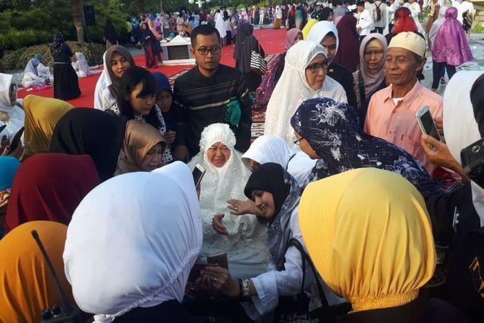 Wali Kota Surabaya Tri Rismaharini melaksanakan Salat Id memperingati Hari Raya Idul Fitri 1440 Hijriah di halaman Balai Kota Surabaya atau Taman Surya, Rabu (5/6/2019)