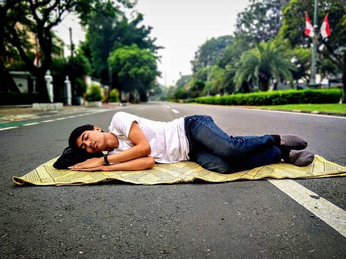 Waduh, bisa-bisanya tidur di tengah jalan.