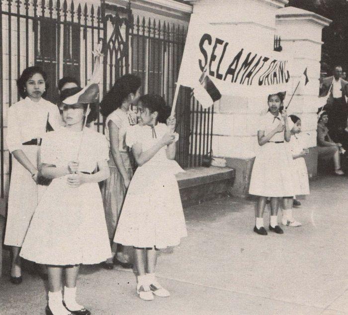 Siswi-siswi Indonesia di Amerika Serikat turut menyambut kedatangan Presiden Soekarno, 1956.