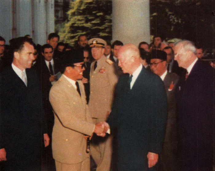 Presiden Amerika Serikat Dwight Eisenhower menyambut kedatangan Presiden Soekarno dalam jamuan makan siang di Gedung Putih, Washington.