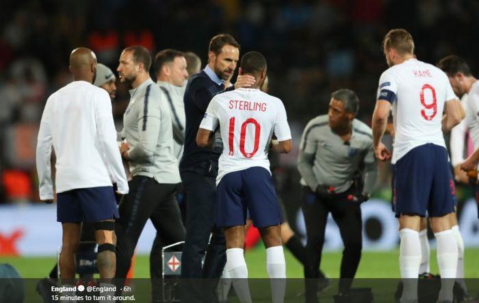 Pelatih timnas Inggris, Gareth Southgate memberikan semangat kepada anak asuhnya saat jeda babak tambahan waktu saat melawan Belanda pada laga semifinal UEFA Nations League.
