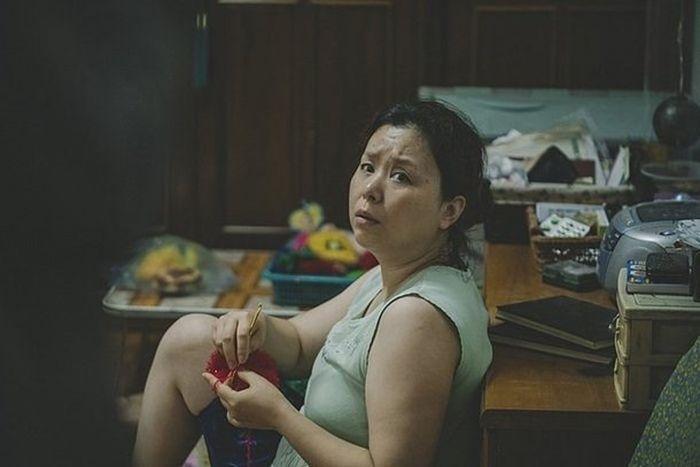 Aktris Jang Hye Jin dalam cuplikan film Parasite.